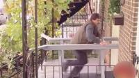 恶作剧: 男子把门垫改装成跑步机按门铃即可启动, 客人来访被玩疯