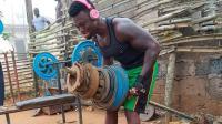 没想到非洲小伙, 竟用废铁做出专业健身器材, 练出一身肌肉