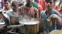 印度最受欢迎的街头小吃, 一出锅立马就卖完, 都举着钱等老板收钱