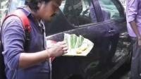 生意很好的印度午餐便当, 三哥就站在摊边吃, 有的用勺子有的下手抓