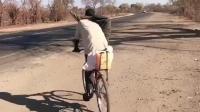 非洲神人骑自行车, 是时候表演真正的技术了, 这样骑是为了腿不累吗