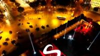 北京时间今天凌晨3点45分, 世界首位登上凯旋门的表演者 DJ Snake