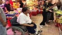 洪金宝坐轮椅买菜 膝盖刚动完手术依然热爱下厨