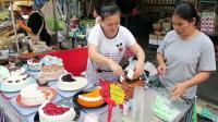 泰国街头的蛋糕按块卖, 一美元一块, 真不贵, 想要哪块随便挑