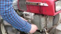 手摇启动一台三菱手扶拖拉机, 听听声音效果怎么样。