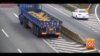 """安全出行, 监控实拍: 大货车小轿车高速路出口上演""""倒车比赛"""""""