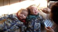 爸爸喂刚出生的双胞胎宝宝喝水, 为什么两个宝宝长得一点也不像!