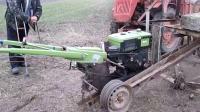 国外农村打井, 用手扶拖拉机改造的工具很实用