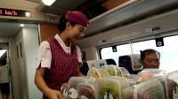 火车上卖零食的美女, 笑起来真好看