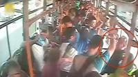 嫌让座太慢, 男子公交车上踹打学生