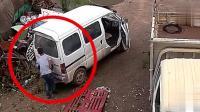两名男子将车开进废品站, 监控拍下龌龊一幕