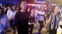穿皮裤戴墨镜, 时尚美女跳广场舞, 跟之前的广场舞大妈完全不同