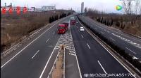 面包车在高速路上这样做, 后面的大货车司机没有一再避让