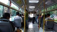 去新疆旅游时坐上新疆的公交车, 这个布局和国内其他地方都不同