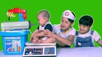 婴儿娃娃到门诊体检 护士打预防针 607
