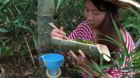 玉米地旁的小树林里, 一女子悄悄拿出器具狂怼