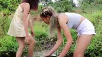 农村美女河里抓鱼, 看见有鱼, 啥都不顾趴上去