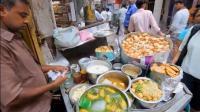 印度大叔街头卖的一锅绿色的汤, 直接用手在里面抓食物!