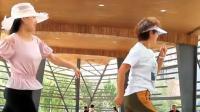 两位美女戴着太阳帽在凉亭中跳舞, 这舞步节奏让人看着很优美