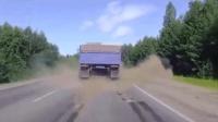 让人心跳加速的车祸视频, 路遇货车得小心~