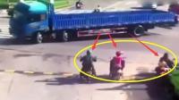 悲剧! 小货车为避让大货车, 无辜路人遭遇这一幕