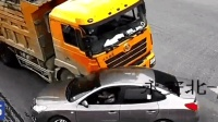 监控: 超载大货车加速闯红灯 转弯的黑色轿车瞬间被超载的货车砂石掩埋!