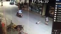 骑电动车撞人后逃逸 家长单手抱娃狂追