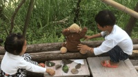 农村小丫头, 用青草给猴子做菜吃, 嘴里还唱着小兔子乖乖