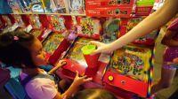 夜市游戏 弹珠台比赛 我们在兴仁花园夜市 拿彩票换玩具 小朋友的游乐机台