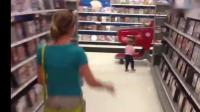 小宝宝带着绿巨人面具在超市里闲逛, 太逗了!