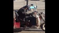 老大爺騎電動車睡着了! 停在路中間! 老人騎電動車, 真危險!