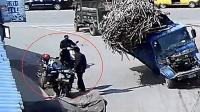 【交通出行】两男子路边正在进行交涉, 这悲剧是命中安排的吗?