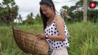 柬埔寨的农村美女很漂亮, 也很勤劳, 每天在田野里抓鱼养活家人
