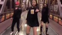 三位美女在哈尔滨最美江桥上跳起性感的抖臀舞, 有点受不了啊!