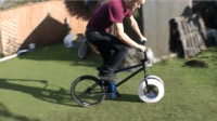 疯狂的牛人竟用冰块做自行车轮胎, 结局亮了