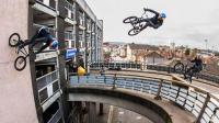 太逆天! 大神骑自行车从8米高架桥一跃而下, 让人大开眼界!