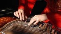 古筝弹奏: 气质美女弹奏1首古筝曲, 你绝对没有看过这样的视频!