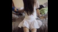 刚起床的清新校花, 穿上白短裙白丝袜就要出门了