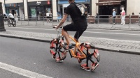 这自行车没有轮胎, 用跑鞋代替车轮, 骑起来什么感觉