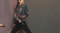 牛仔裤的魅力, 美女穿显瘦小脚长裤表演一字马 小明永久免费平台相关视频