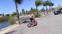 小轮车通过跳板能飞多远? 专业表演请勿模仿