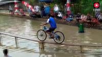 超难自行车挑战独木桥! 车手出场都很帅, 3秒后都在池塘里扑腾