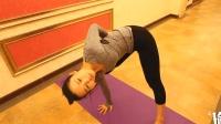 只需一个简单的瑜伽动作, 让美女吃货不怕胀肚子, 促进消化