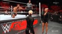 WWE塞纳和兰迪首次联手, 对手被打趴, 却不料台下2个美女的决斗更激烈