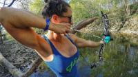 钓鱼: 美女的箭射得很准, 河里的大鲤鱼一箭就是一条!