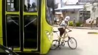 小伙作死龟速堵公交车骑行, 司机忍不可忍直接怒上去