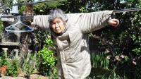 89岁老奶奶因自拍走红, 拍摄风格滑稽搞笑, 让人