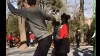 奇葩大爺跟著大媽扭動身體跳出史上魔性廣場舞