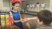 熊孩子用橡皮泥捏的巧克力豆换姐姐薯片—萌娃: 哈哈, 姐姐好笨!