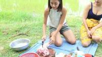 柬埔寨两个小姐姐在野外熬猪蹄鸡蛋吃, 看起来好诱人
